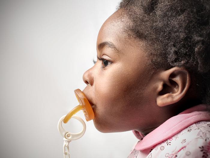 A chupeta causa sérios danos aos dentes, músculos e ossos do rosto da criança