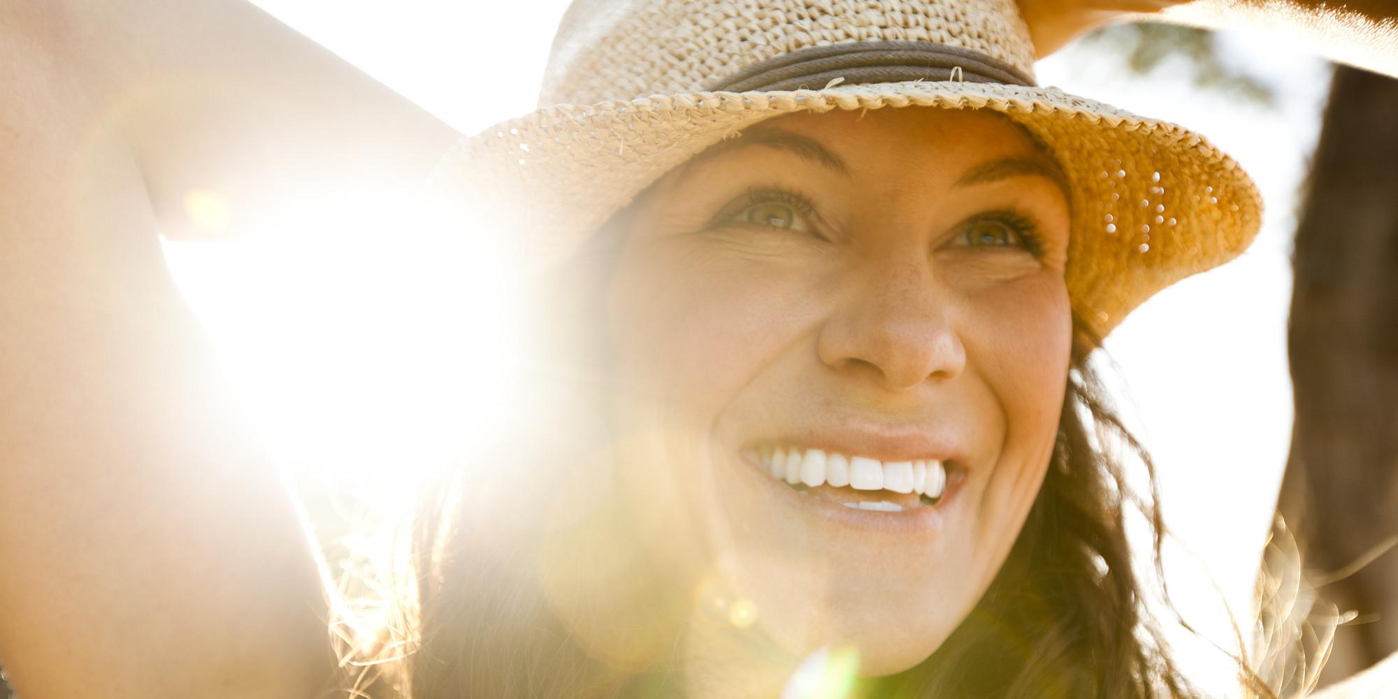 Mulher sorrindo sol vitamina D